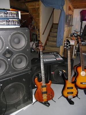 I play an Alembic spoiler 1982 and a Peavey 5 1999